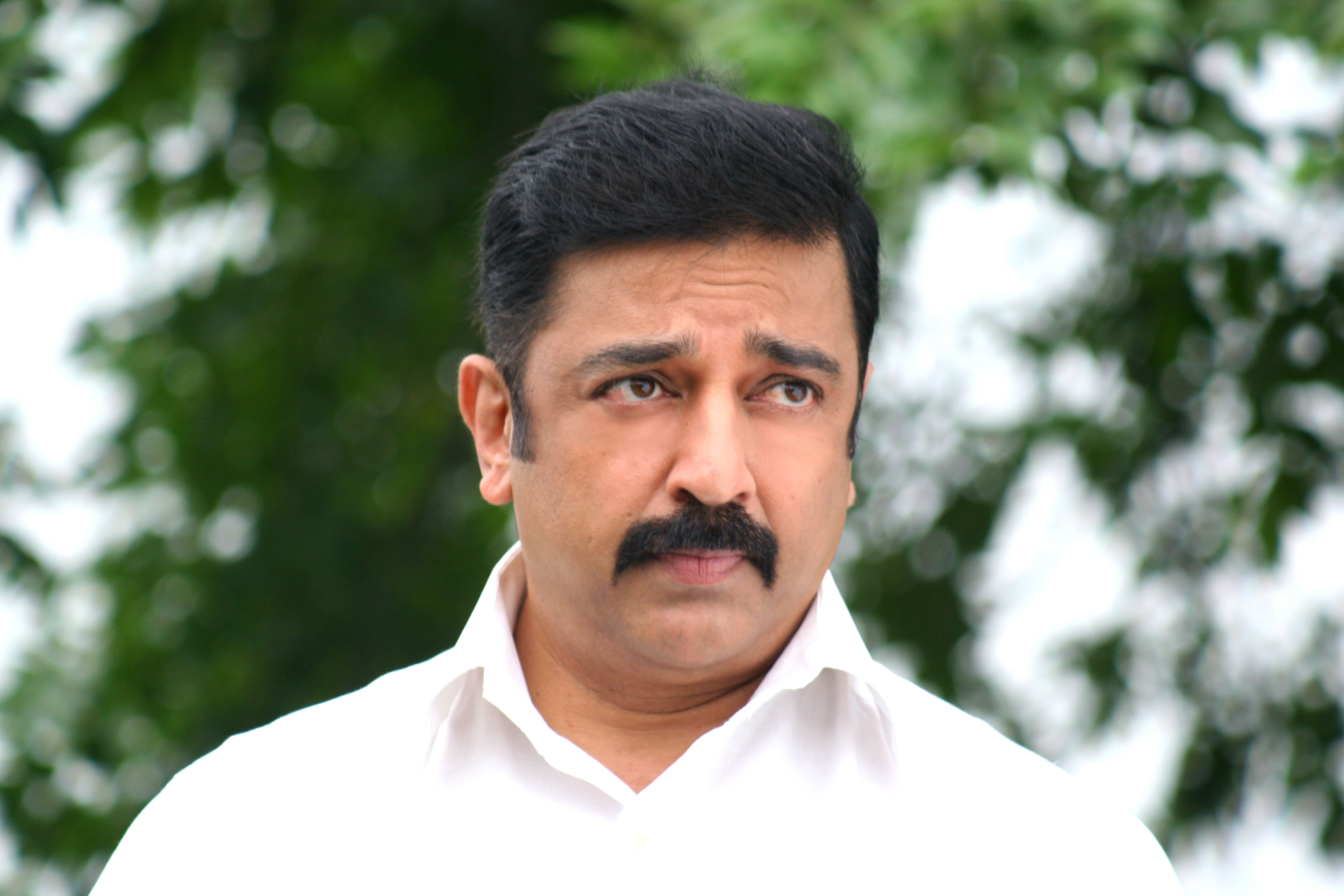 kamal-hassan-side-looking